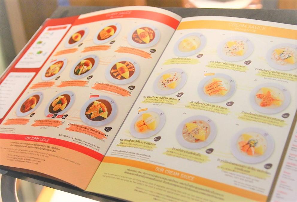 タイのバンコクでイチオシのオムライス店「オム」のメニュー表 だいたいのオムライスが200バーツ前後で食べられます