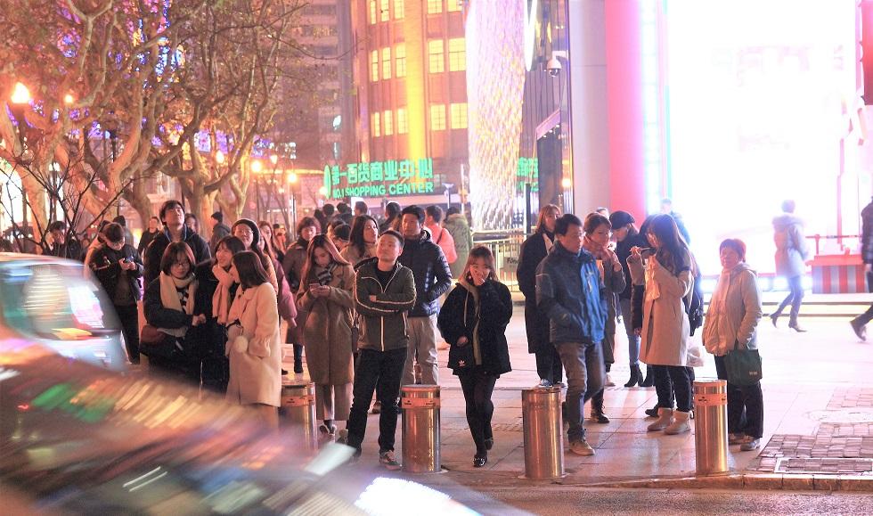 上海で信号待ちをする人々