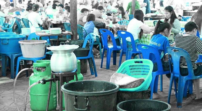 屋台村では、ガスで米を炊いている。