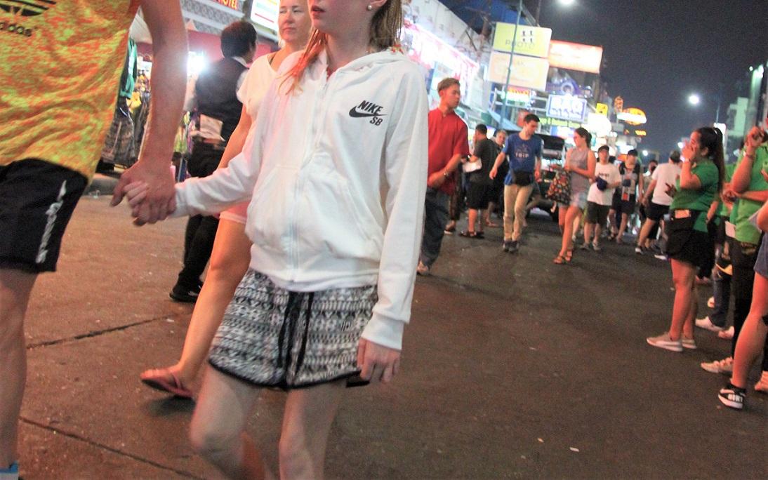 タイのバンコクのカオサン通りの少女の写真