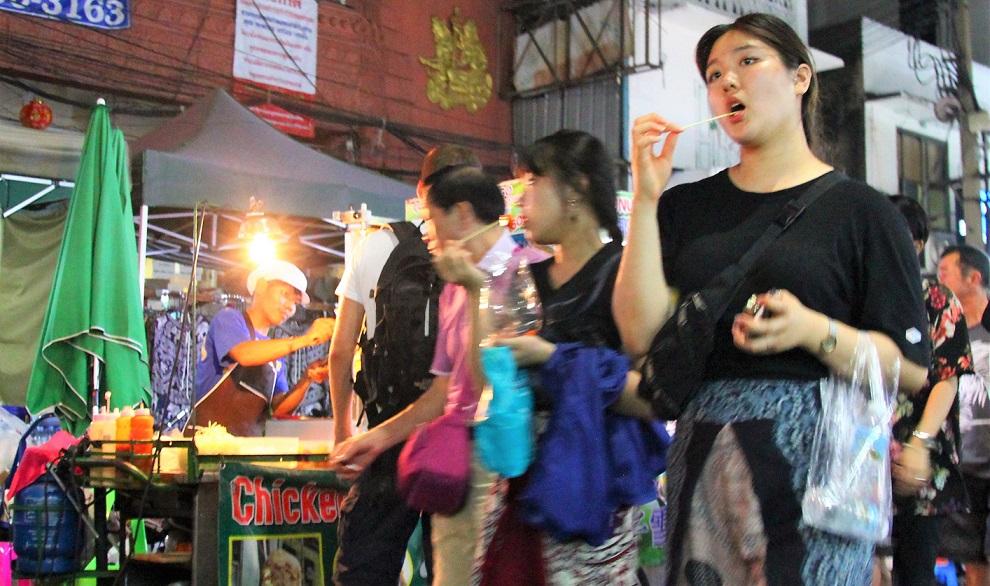 バンコクのカオサン通りの女性の写真