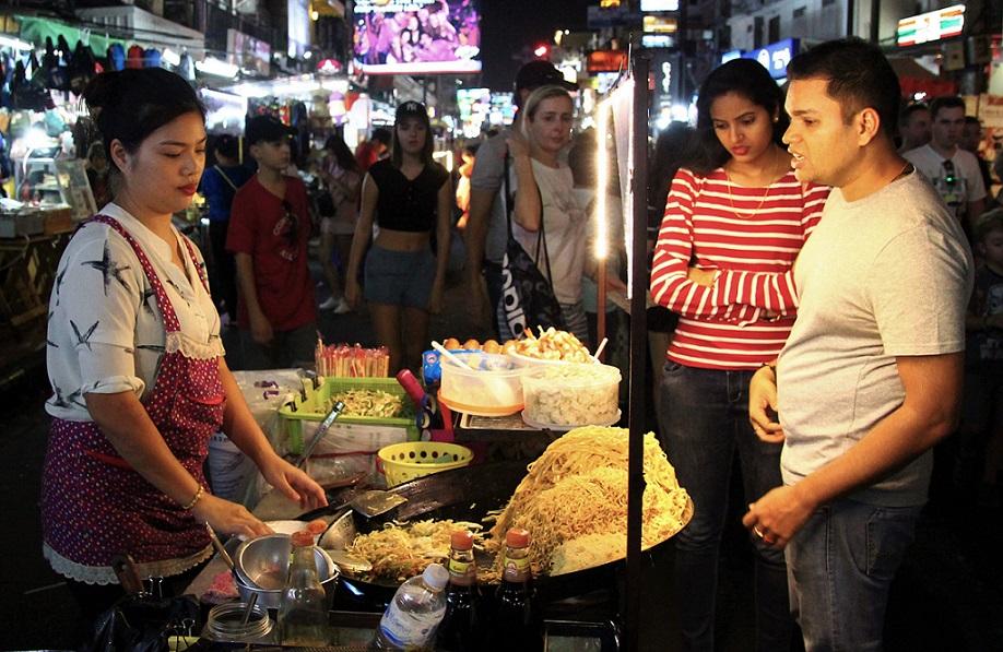 タイのバンコクのカオサン通りのタイ風焼きそば屋台の写真