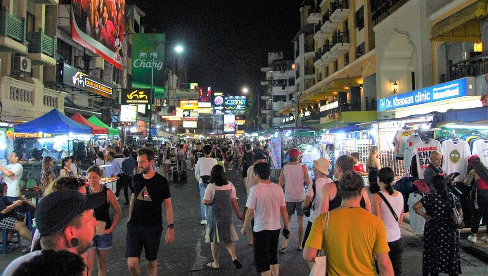 バンコクのカオサン通りの人混みの写真