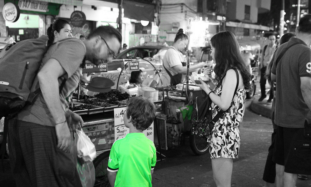 タイのバンコクのカオサン通りを歩く家族の写真