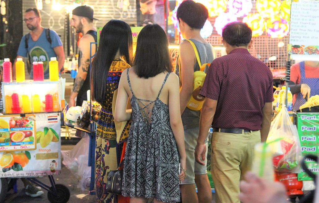 タイのバンコクのカオサン通りの観光客の女性の写真