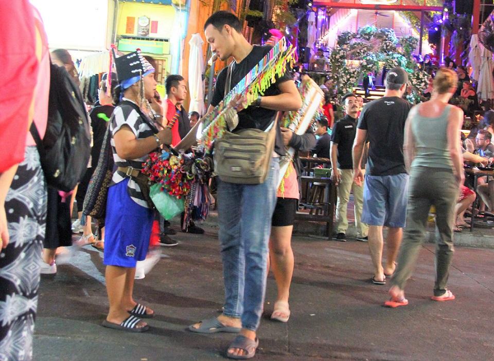 海外旅行|バンコクのカオサン通りで売り子から買う男性