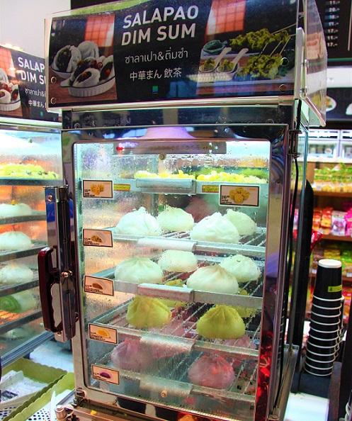 肉まんは外国でも大人気。クアラルンプール空港のコンビニでも売っていた。
