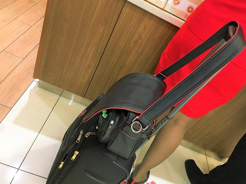 おでんは外国のキャビンアテンダントにも大人気。クアラルンプール空港のコンビニでおでんを買うCAの写真