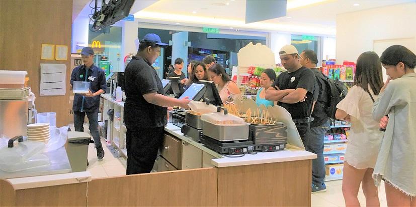 マレーシアのクアラルンプール空港のコンビニでおでんを売っていた。長い列ができるほどの大人気だ。
