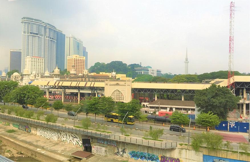 マレーシアの電車の車内から見た写真