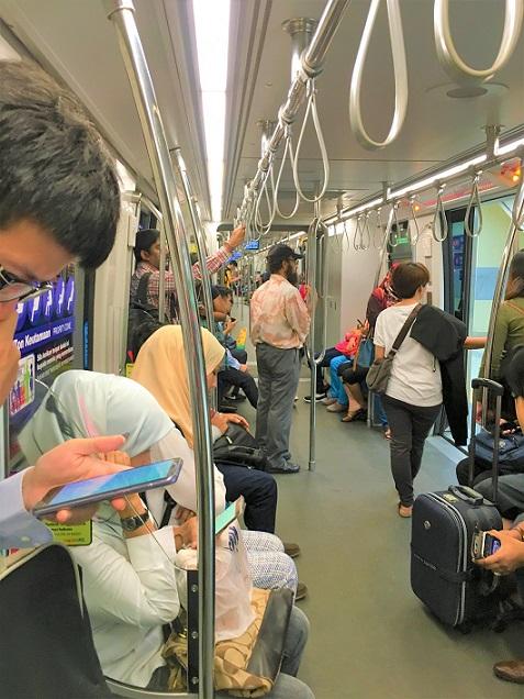 マレーシアの電車の車内の写真