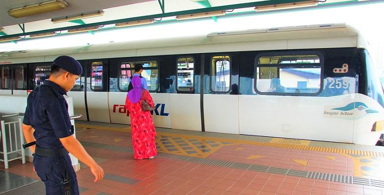 マレーシアの電車の駅にいる警官