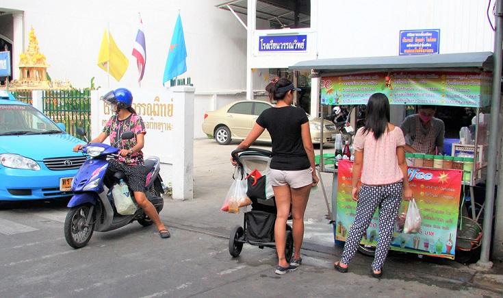 バンコクで屋台に集まる女性たち タイ旅行