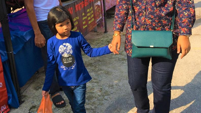 クアラルンプールの屋台村を歩く女の子