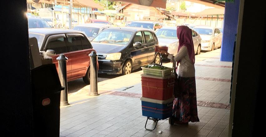 マレーシアのクアラルンプールの駅前の女性