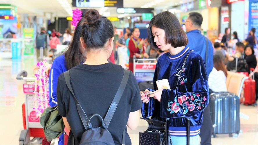 海外旅行はベトナムへ。ホーチミン空港の観光客のアジア系美女の写真