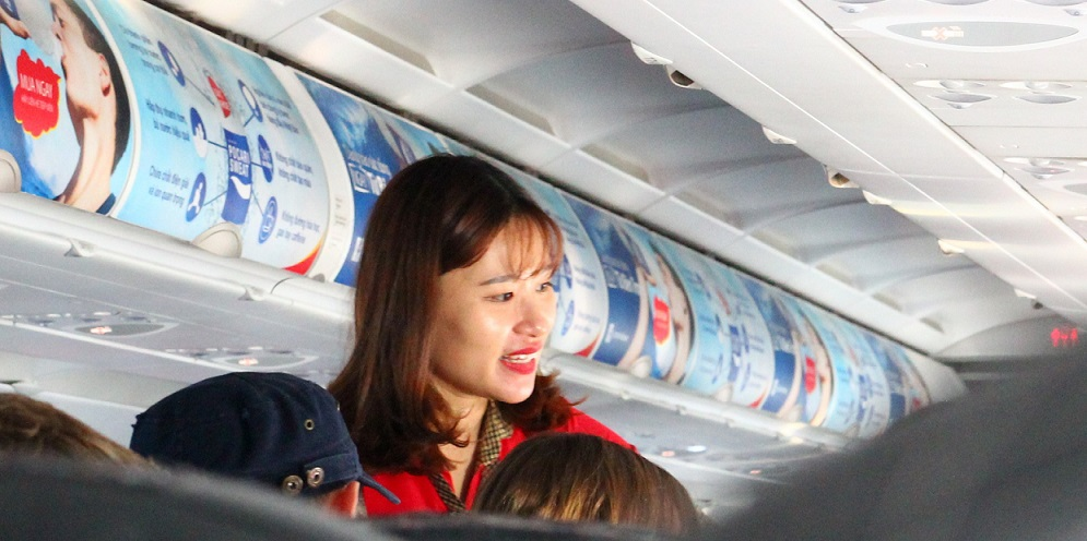 海外旅行はベトナムへ。ホーチミン空港に着いたエアアジアの飛行機の機内の美人CAの写真