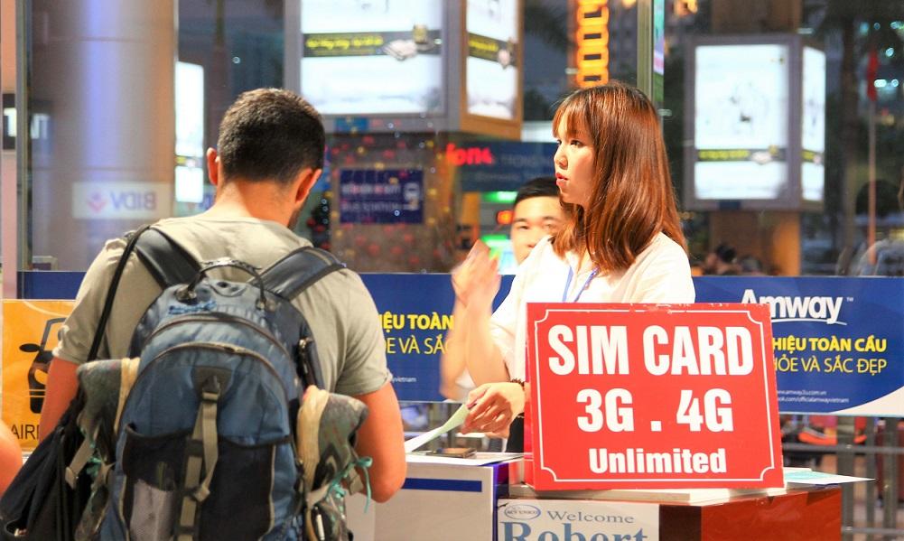 海外旅行はベトナムへ。ホーチミン空港のSIM売り場のお姉さんの写真