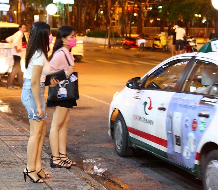 IMG_3735タクシーに乗るベトナムホーチミンの若い女性たちの写真
