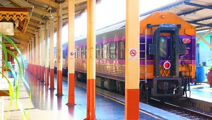 チェンマイ駅のホームに着いた列車