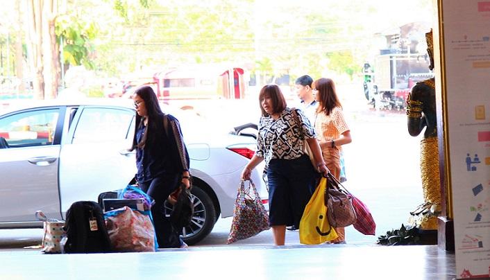 タイのチェンマイ駅に着いた人々
