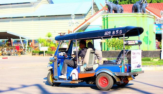 タイのチェンマイ駅に客を降ろしたトゥクトゥク