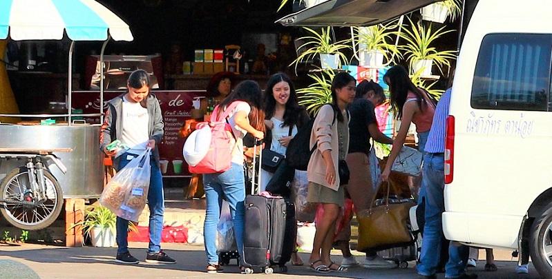 タイのチェンマイ駅に到着した若い女性たちの写真