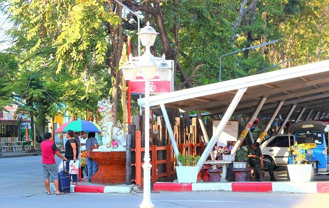 タイのチェンマイ駅の出口の写真