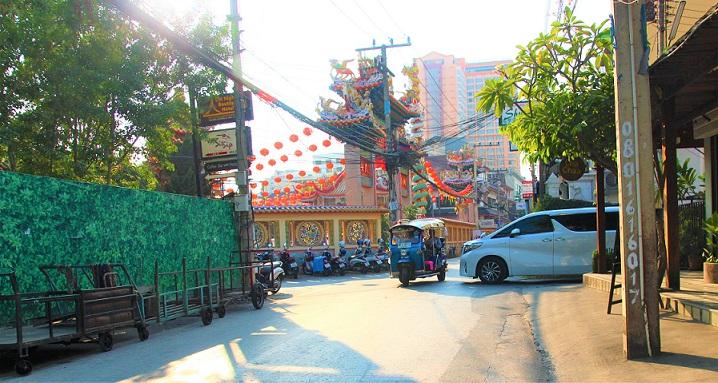 チェンマイを走るトゥクトゥクータイ旅行