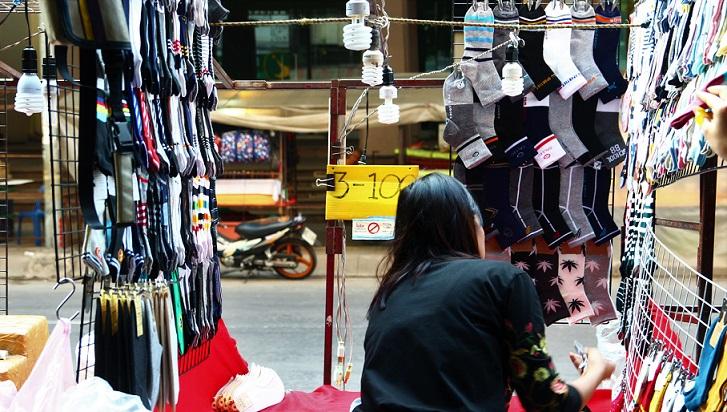 チェンマイのナイトマーケットの準備をする女性の写真ータイ旅行