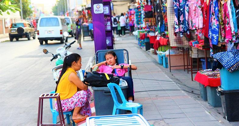 チェンマイのナイトマーケットの準備をして疲れた女子高生の写真ータイ旅行