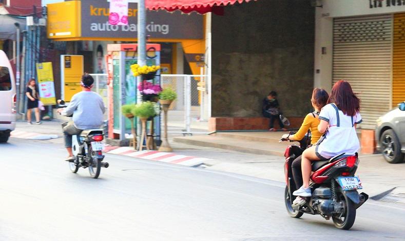 チェンマイをバイクで走る女性たちの写真ータイ旅行