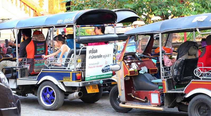 チェンマイのトゥクトゥクに乗る少女の写真、タイ旅行