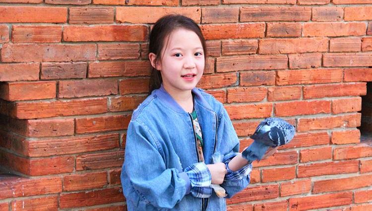 チェンマイ観光のお勧めスポットのターペー門で写真を撮る美少女【タイ旅行】