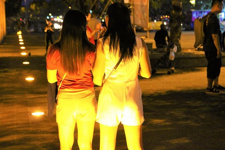 チェンマイ観光のお勧めスポットのターペー門の2人の美女【タイ旅行】