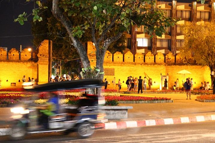 チェンマイ観光のお勧めスポットの夜のターペー門【タイ旅行】