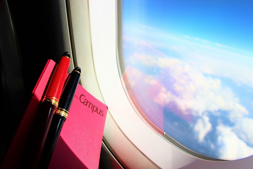 飛行機の窓と万年筆【海外旅行】