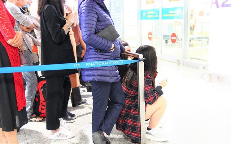 ハノイ(ノイバイ)空港で出待ち中の少女の写真【ベトナム旅行】