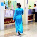 ハノイ(ノイバイ)空港を歩くアオザイのキャビンアテンダントの写真【ベトナム旅行】