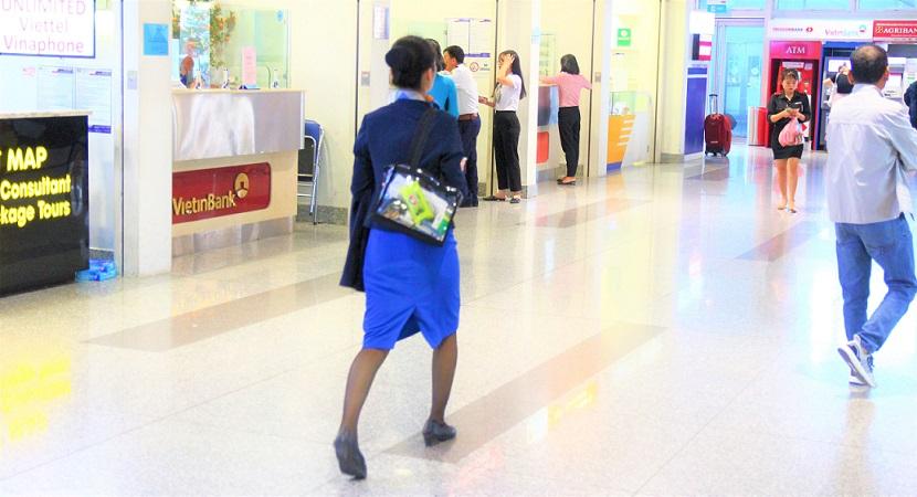 ハノイ(ノイバイ)空港を歩くキャビンアテンダントの写真【ベトナム旅行】