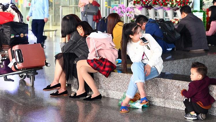 ハノイ(ノイバイ)空港の到着フロアから出た玄関の美少女の写真【ベトナム旅行】