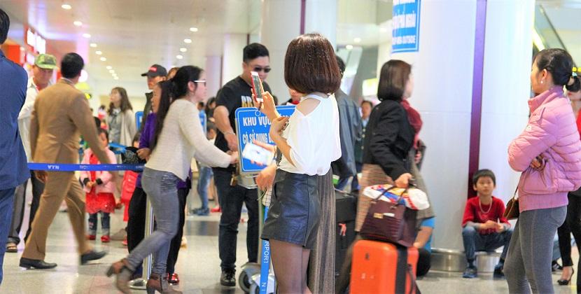 ハノイ(ノイバイ)空港の到着ロビーで人を待つ美女の写真【ベトナム旅行】