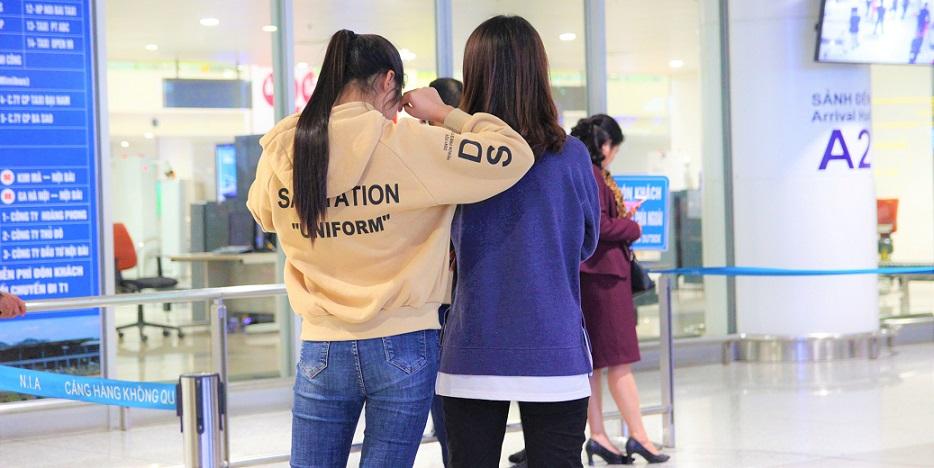 ハノイ(ノイバイ)空港の到着ロビーで人を待つ少女の写真【ベトナム旅行】