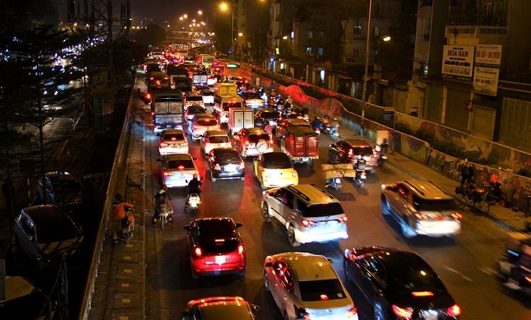 ハノイの道路を走る車、渋滞している【ベトナム旅行】