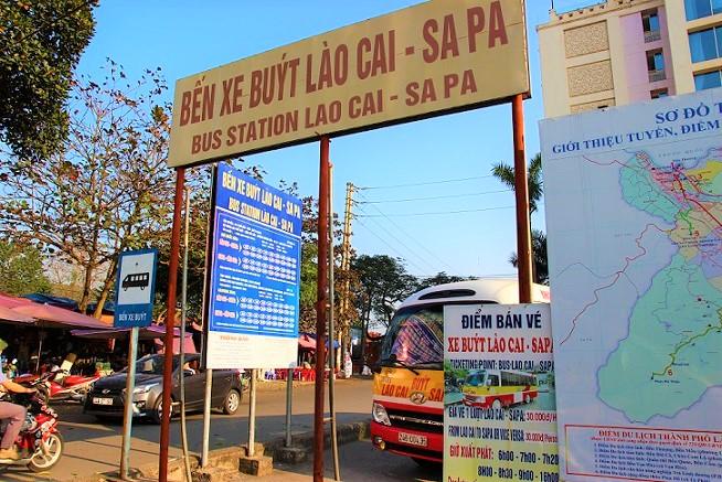 ラオカイ駅前のバス停