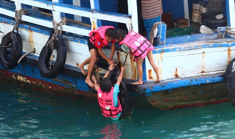 サメット島のナダン港でおぼれる子供たち