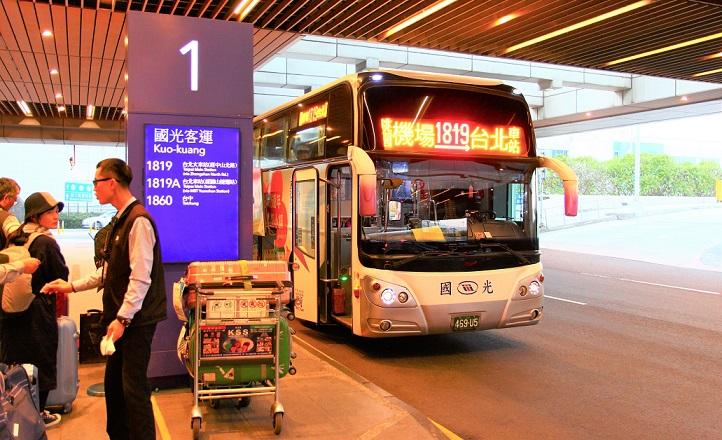 台北桃園空港の長距離バス乗り場に到着した國光バス