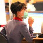 マスクを着用した中華航空の乗務員CA 新型肺炎コロナウイルス対策 台北桃園空港