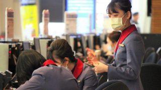 マスクを着用した中華航空の乗務員CA 新型肺炎コロナウイルス対策 台北空港