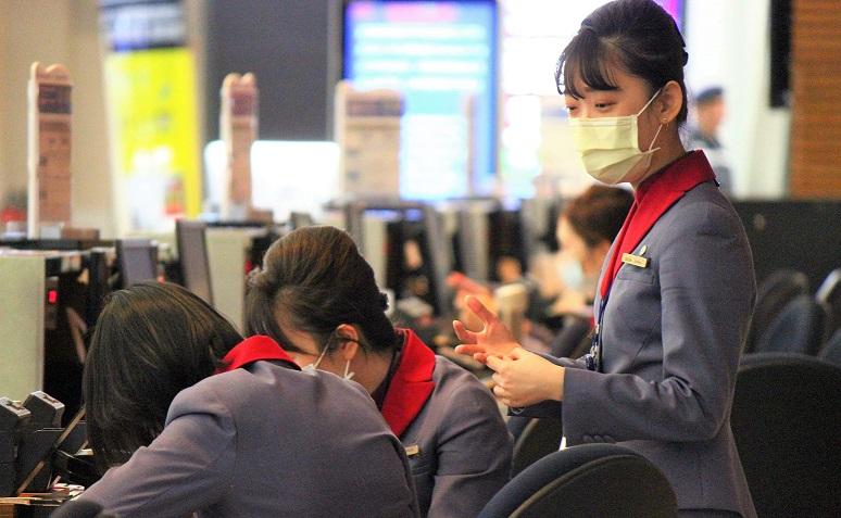 マスクを着用した中華航空の乗務員CA 新型肺炎コロナウイルス対策